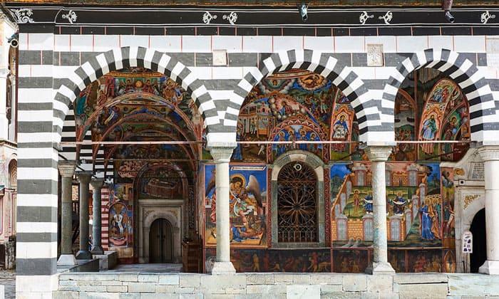 Окрашенные стены церкви Рильского монастыря в Болгарии