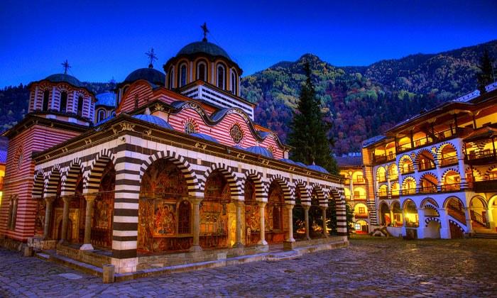 Вечернее освещение Рильского монастыря в Болгарии