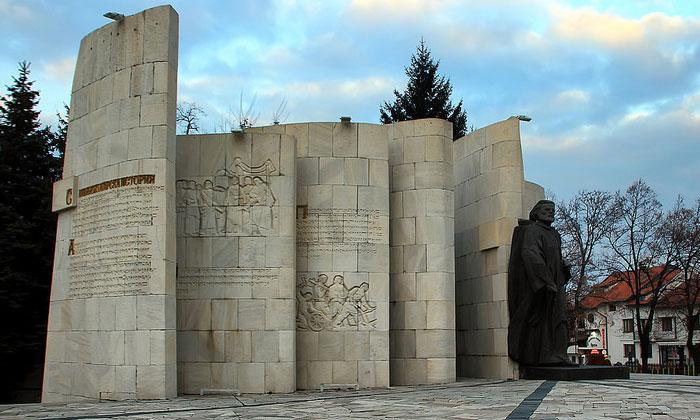 Памятник Паисия Хилендарского в Банско