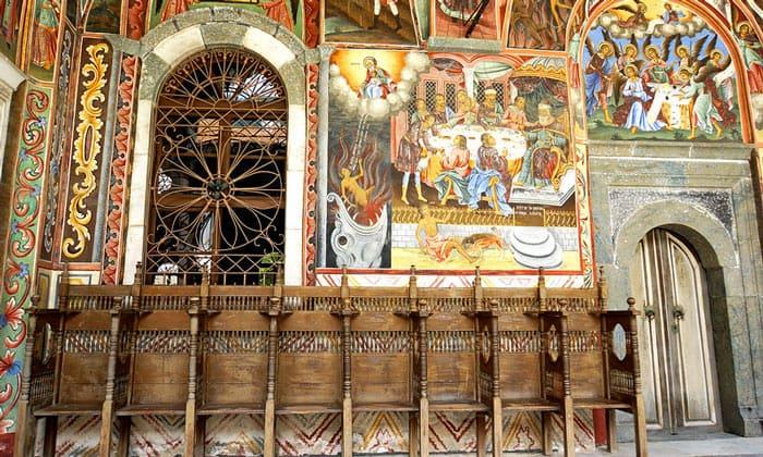 Церковные фрески и сидения Рильского монастыря в Болгарии