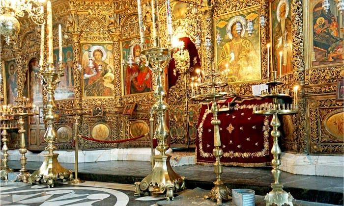 Внутри церкви Рильского монастыря в Болгарии