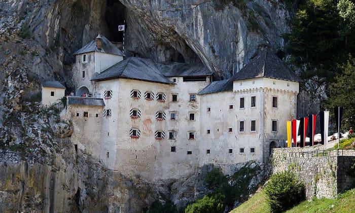 Предъямский замок в Словении (окрестности города Постойна)