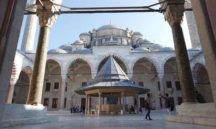 Двор мечети Фатих в Стамбуле