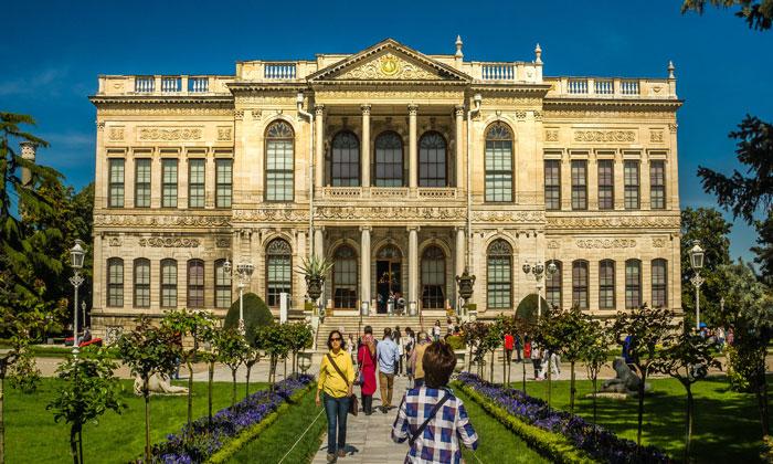 Фасад Селамлыка дворца Долмабахче в Стамбуле