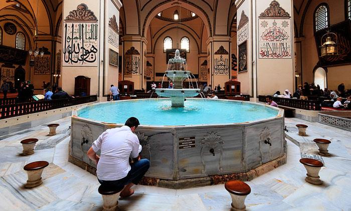 Интерьер Большой (Улу) мечети Бурсы