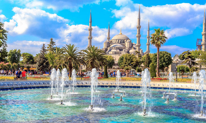 Фонтан на фоне Голубой мечети Стамбула