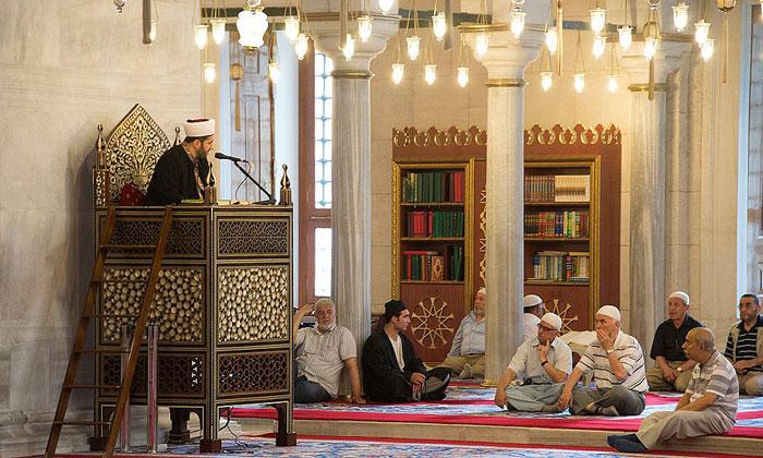 Имам и верующие мечети Фатих в Стамбуле