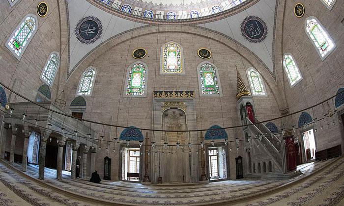 Внутренний убранство мечети Явуз-Селим в Стамбуле