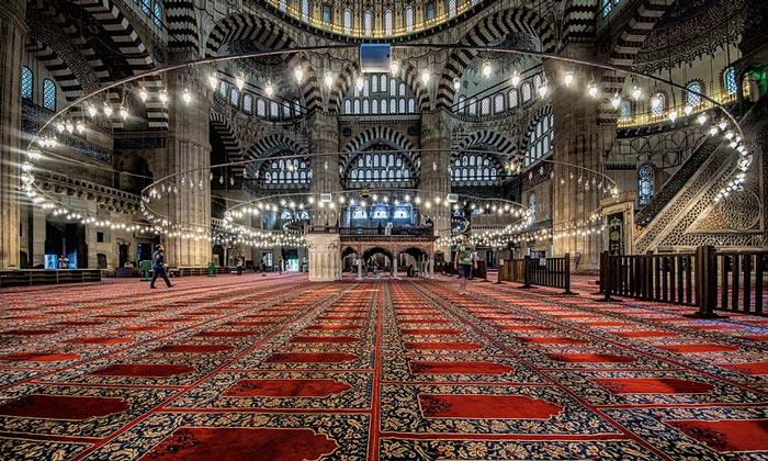 Внутренний интерьер мечети Селимие в Эдирне