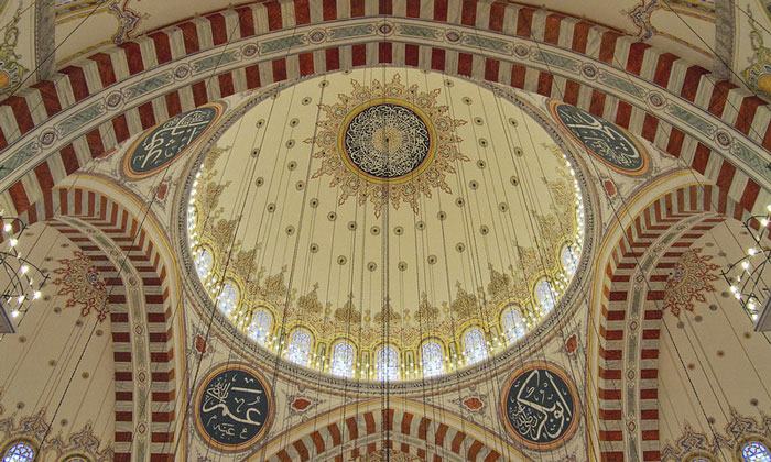 Интерьер мечети Фатих в Стамбуле