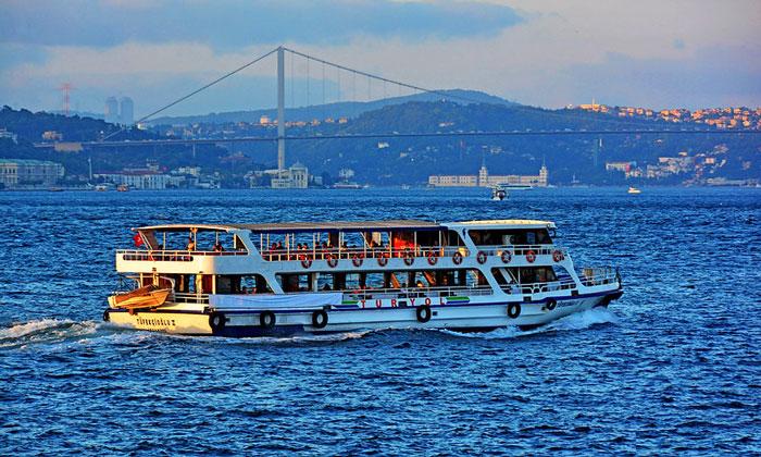 Прогулочное судно Босфора в Стамбуле