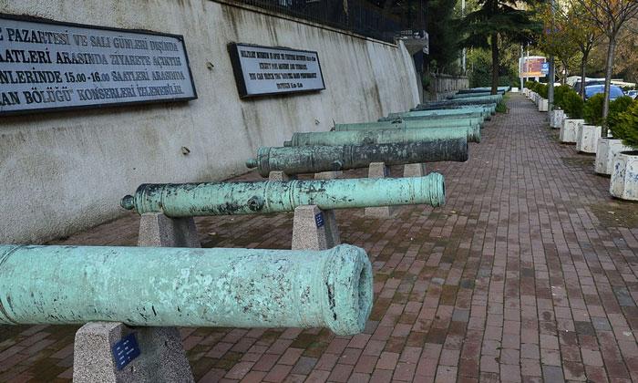 Пушки во дворе Военного музея Стамбула