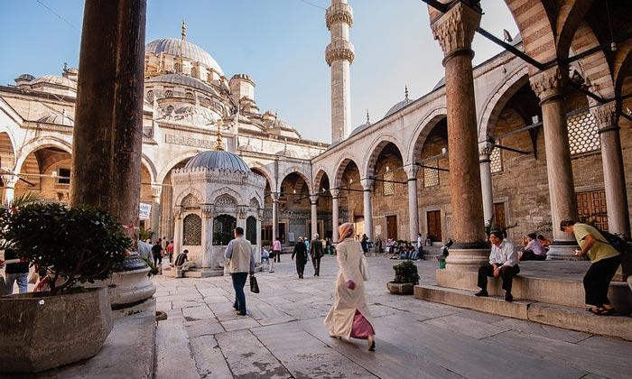 Внутренний двор Новой мечети Стамбула