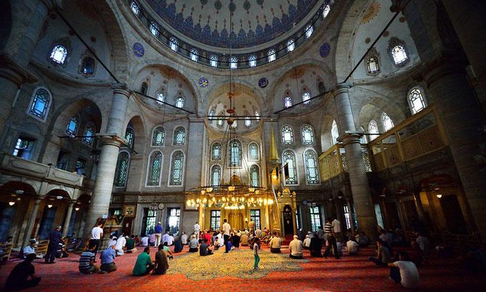 Внутри мечети Султана Эйюпа в Стамбуле