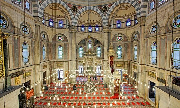 Интерьер мечети Лалели в Стамбуле