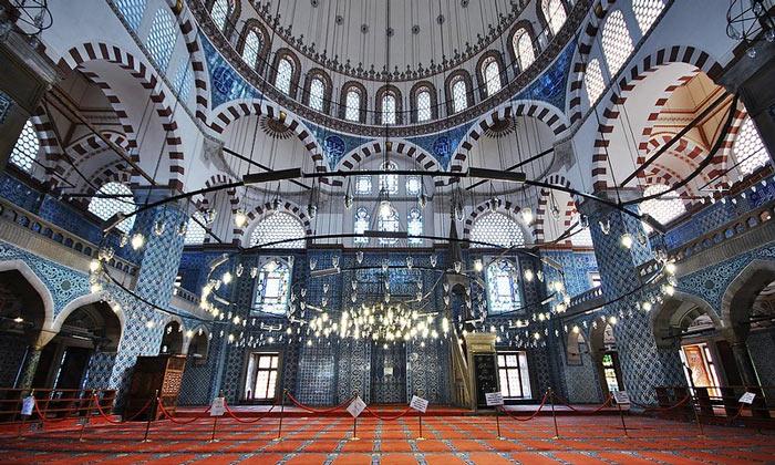 Внутри мечети Рустема-паши в Стамбуле