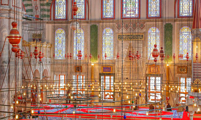 Внутри мечети Фатих в Стамбуле