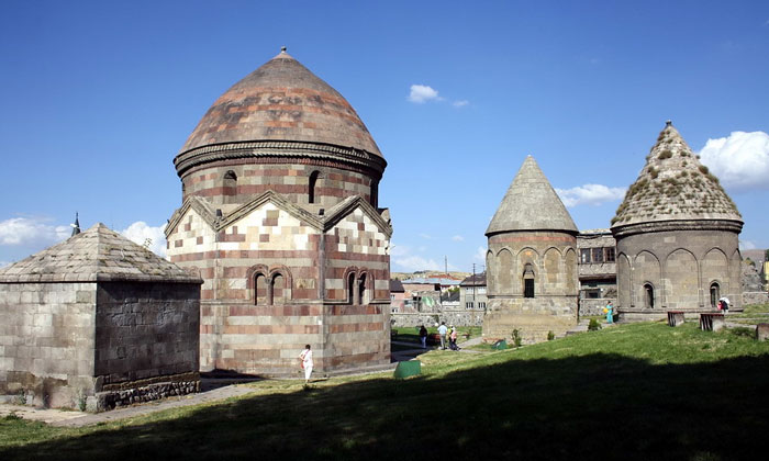 Три мавзолея Уч-Кюмбетлер в Эрзуруме