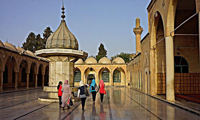 Двор мечети Мевлид-и Халил в Урфе