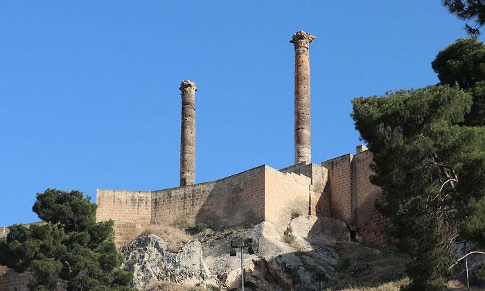 Колонны на вершине крепости Урфы