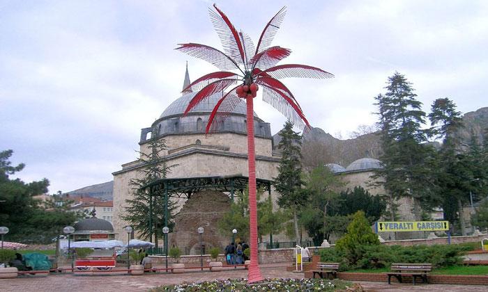 Красная пальма и мечеть Токата