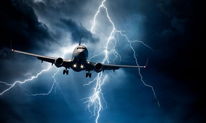 Самолёт на фоне молнии