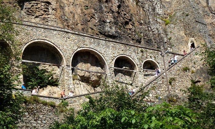 Акведук и лестница монастыря Панагия Сумела в Турции