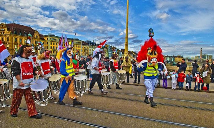 Уличное шествие участников карнавала Fasnacht