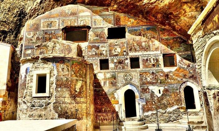 Фрески на внешних стенах строений монастыря Панагия Сумела