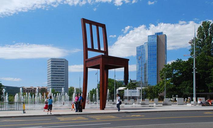 Скульптура «Сломанный стул» в Женеве