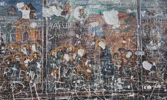 Повреждённые вандалами фрески монастыря Панагия Сумела