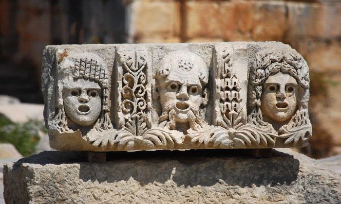 Театральные маски амфитеатра Миры