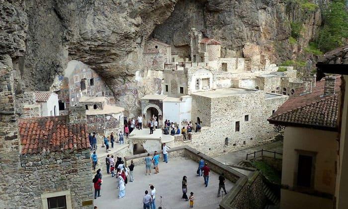 Внутренний двор монастыря Панагия Сумела