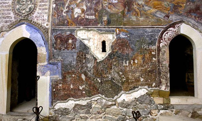 Вход в часовню монастыря Панагия Сумела в Турции