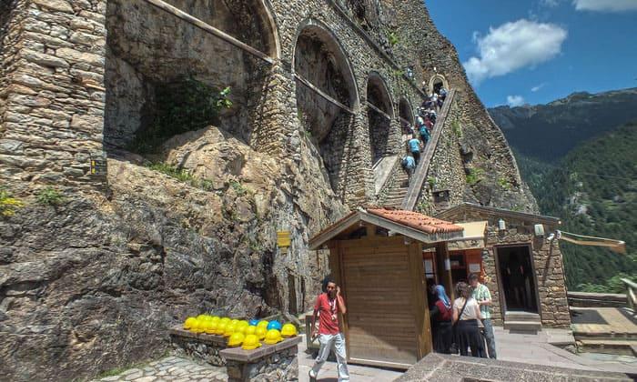 Вход в монастырь Панагия Сумела в Турции