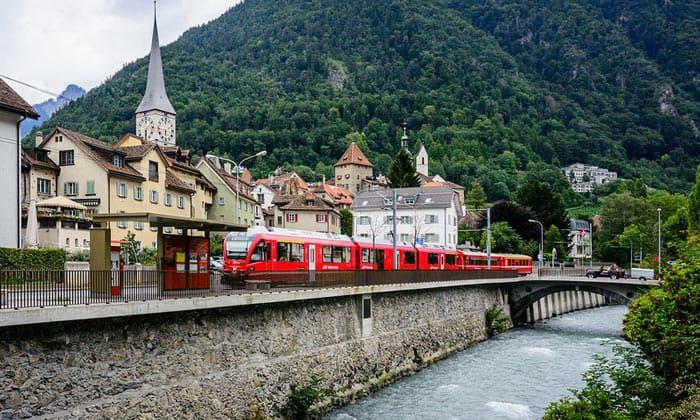 Поезд компании «Rhaetische Bahn» в Куре