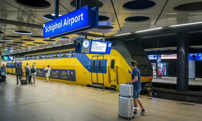Поезд из аэропорта Схипхол в Амстердам