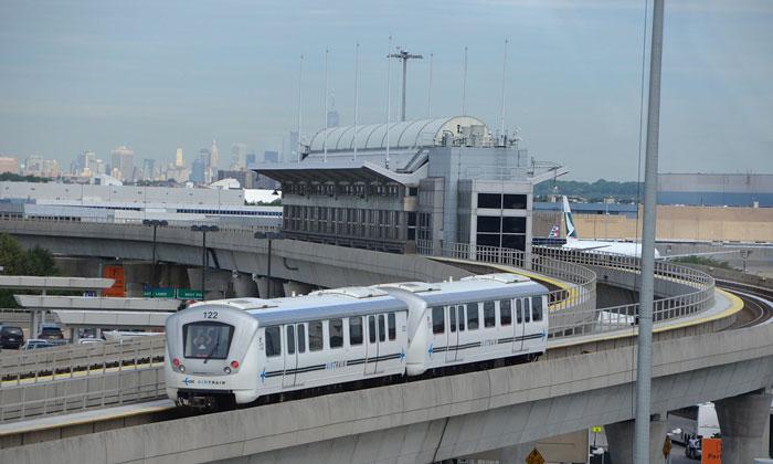 Монорельсовый поезд Air Train из аэропорта Нью-Йорка имени Джона Кеннеди