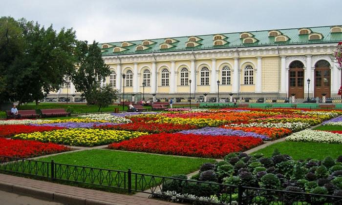Цветочные клумбы Александровского сада в Москве