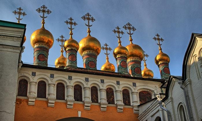Церковные купола Кремля в Москве