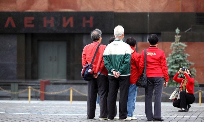 Туристы возле Мавзолея Ленина в Москве