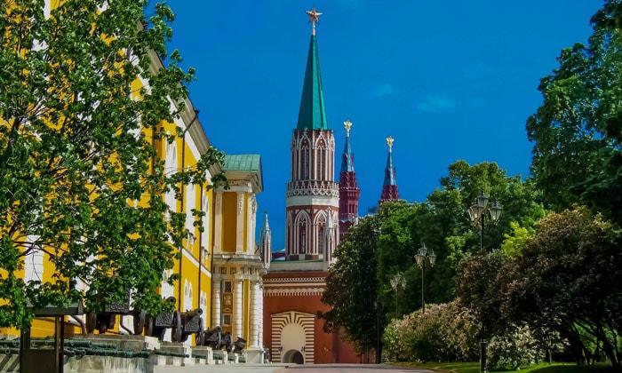 Арсенал и Никольская башня в Москве