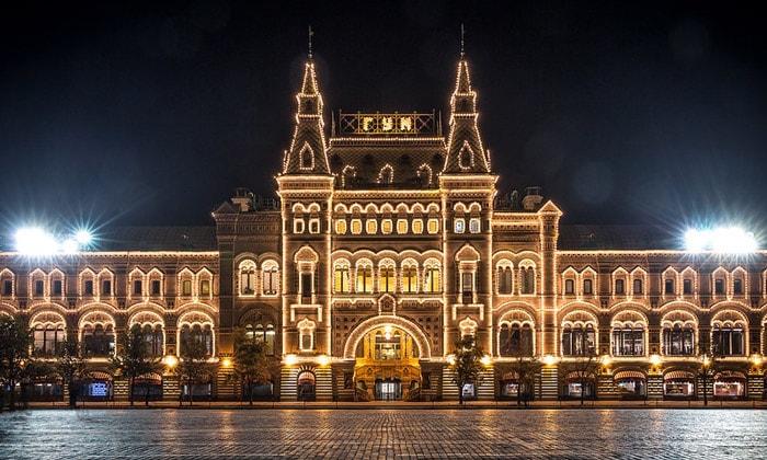 Красочное освещение ГУМа в Москве