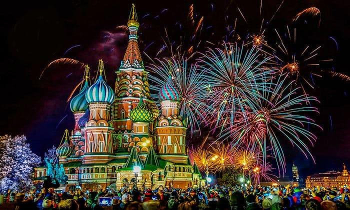 Салют на Красной площади в Москве
