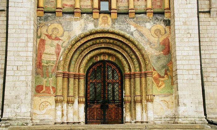 Северная дверь Успенского собора Кремля