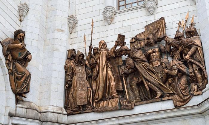 Бронзовые скульптуры на фронтоне храма Христа Спасителя в Москве