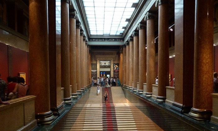 Центральная лестница Пушкинского музея Москвы