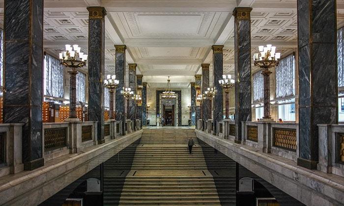 Парадная лестница Государственной библиотеки в Москве
