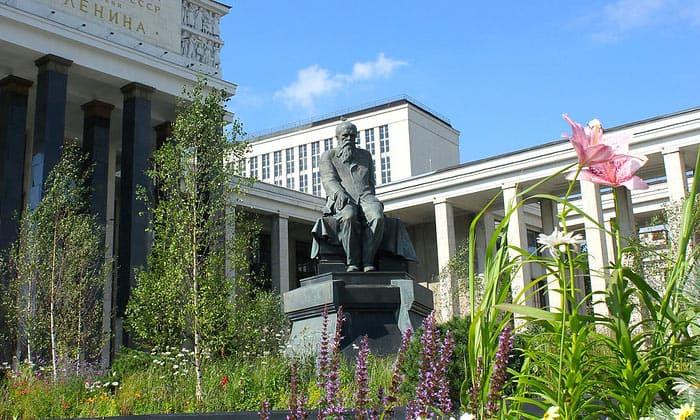 Памятник Достоевскому (РГБ) в Москве