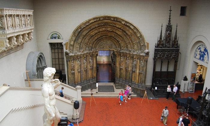 Портал собора (Златые врата) Пушкинского музея Москвы